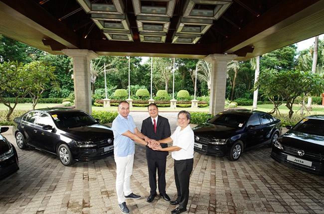 Jetta Hand Over Shangri-La's Mactan Resort & Spa