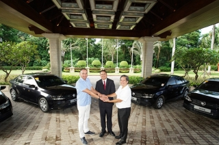 Jetta Hand Over Shangri-La's Mactan Resort & Spa