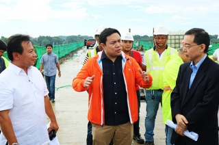 DPWH Secretary Mark Villar discussing with engineers
