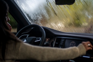 How to prevent your car's windshield from fogging in the rain