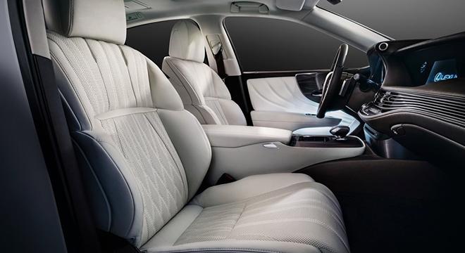 Lexus LS 500 2018 front seats
