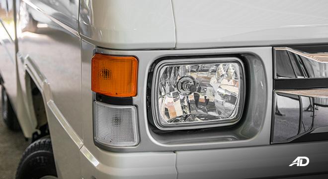 Mitsubishi L300 exterior headlights