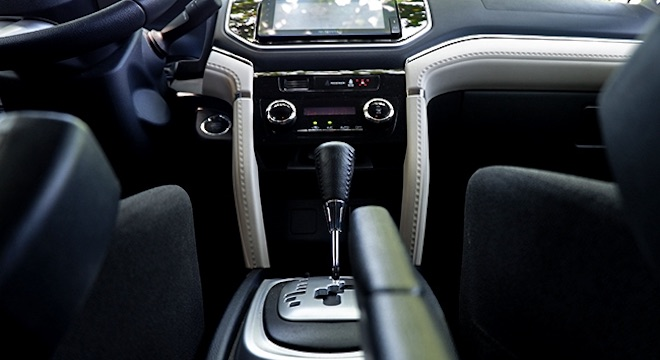 2019 Toyota Rush 1.5L G AT - gear stick and center console