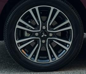 15-inch two-tone alloy wheels