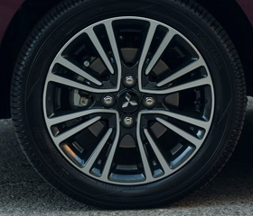 15-inch two-tone alloy wheels